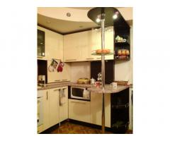 Продам кухню угловую с декоративной барной стойкой