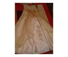 Продам свадебное платье декольте светло-кремовое.